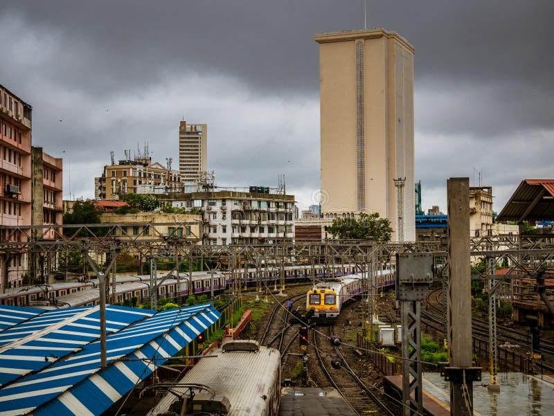 Estrada de ferro suburbana de Mumbai, um do sistema ferroviário o mais ocupado do assinante imagens de stock
