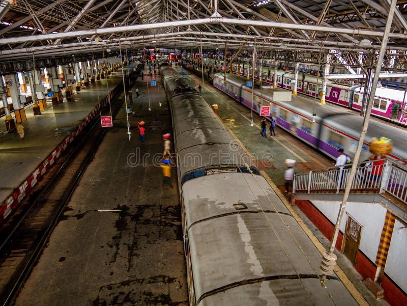 Estrada de ferro suburbana de Mumbai, um do sistema ferroviário o mais ocupado do assinante foto de stock