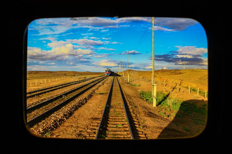 A estrada de ferro surpreendente do deserto de Gobi, Mong?lia fotos de stock royalty free