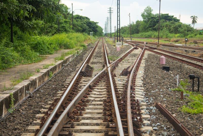 A estrada de ferro vai ao horizonte na paisagem verde fotografia de stock royalty free