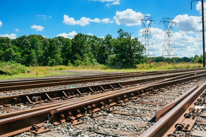 A estrada de ferro vai ao horizonte na paisagem verde foto de stock royalty free