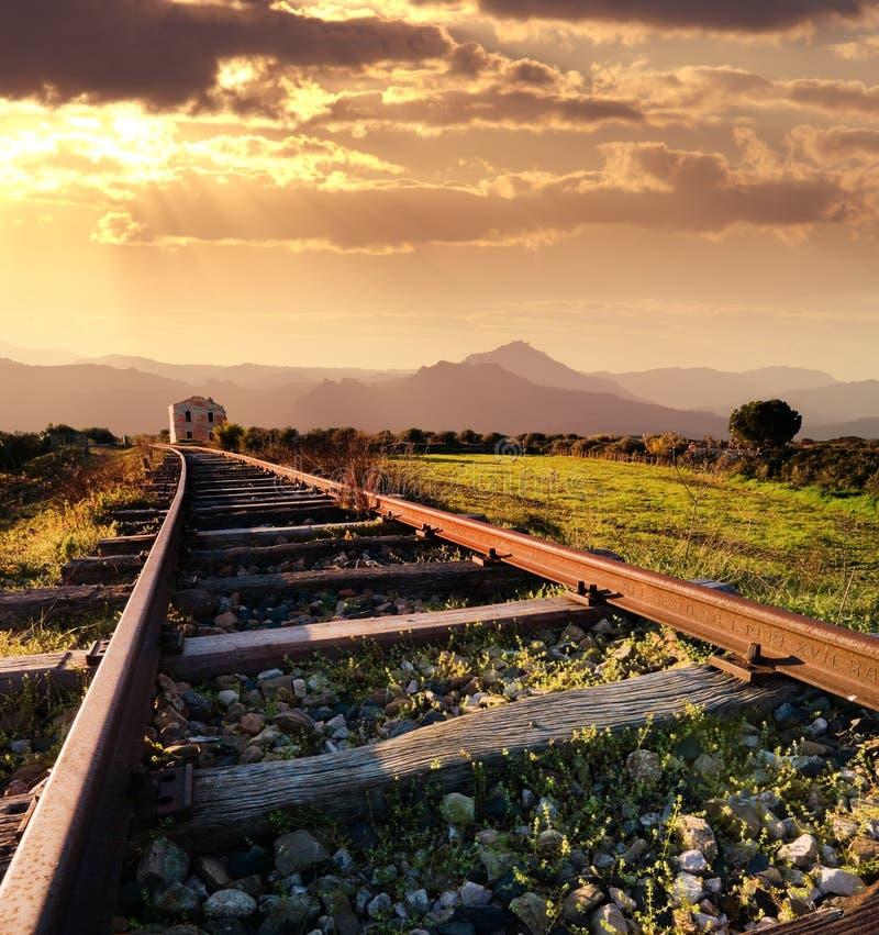Estrada de ferro velha no por do sol fotos de stock royalty free
