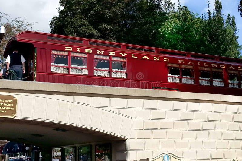 Estrada de ferro vermelha de Disneylândia na entrada de Disneylândia imagem de stock