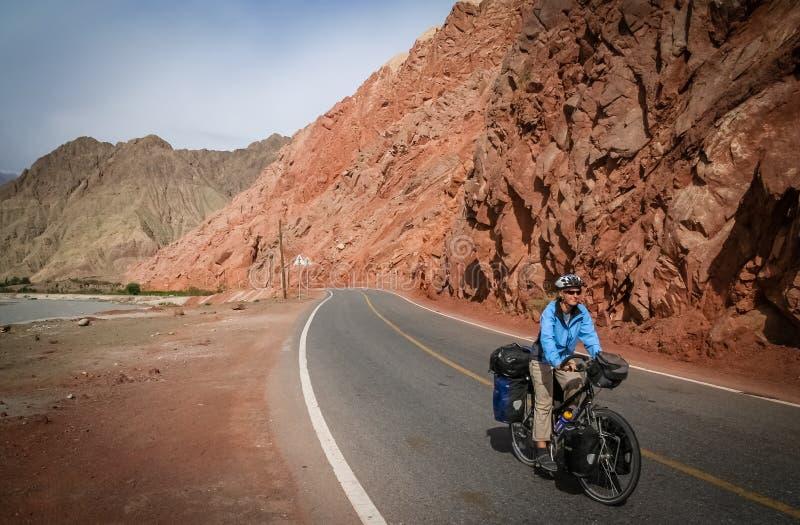 Estrada de Karakorum do ciclismo imagens de stock royalty free