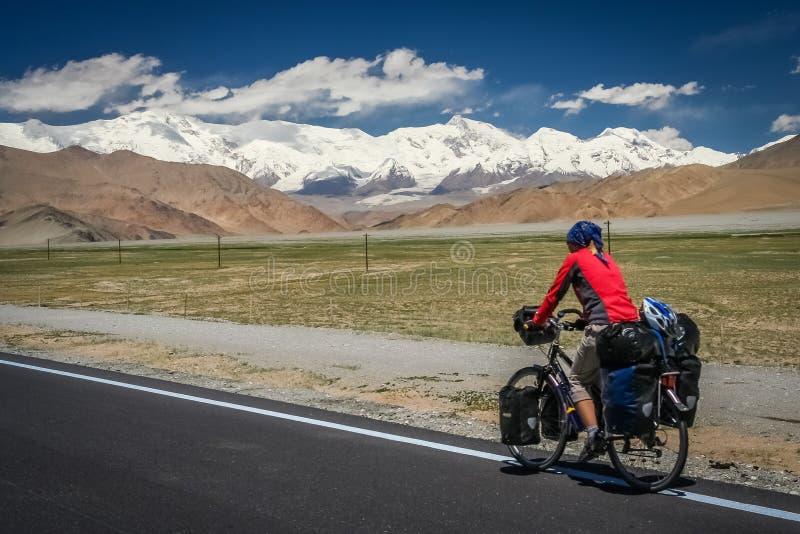 Estrada de Karakorum do ciclismo foto de stock royalty free