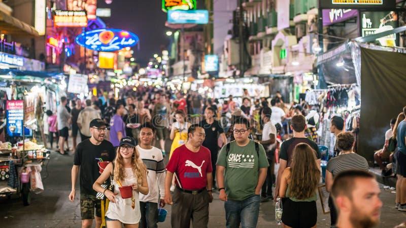 A estrada de Khao San é rua popular dos turistas do mochileiro Banguecoque Tha foto de stock royalty free