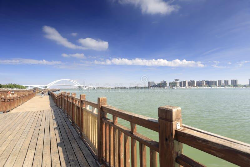 A estrada de madeira da prancha do mar wuyuanwan da baía vê o parque fotos de stock royalty free