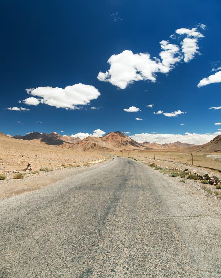 Estrada de Pamir ou trakt do pamirskij, montanhas de Pamir imagens de stock royalty free