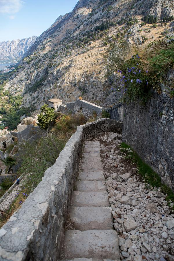 Estrada de pedra estreita à parede da fortaleza fotos de stock