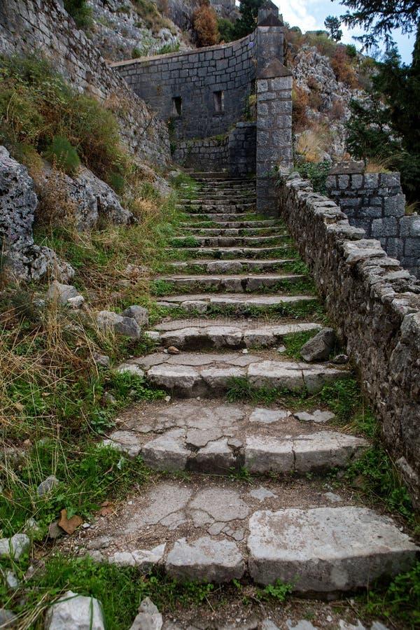 Estrada de pedra estreita à parede da fortaleza imagens de stock