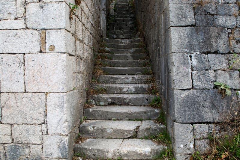 Estrada de pedra estreita à parede da fortaleza imagem de stock royalty free