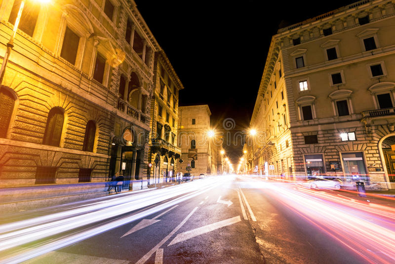Estrada de Roma na noite, em fugas urbanas do sinal e em citylife Italy fotografia de stock royalty free