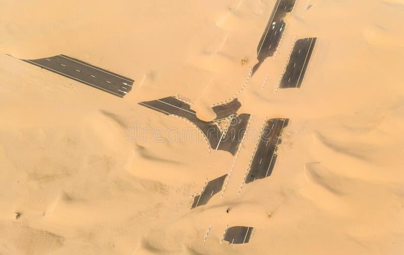 Estrada de Sandy perto de Dubai imagens de stock royalty free