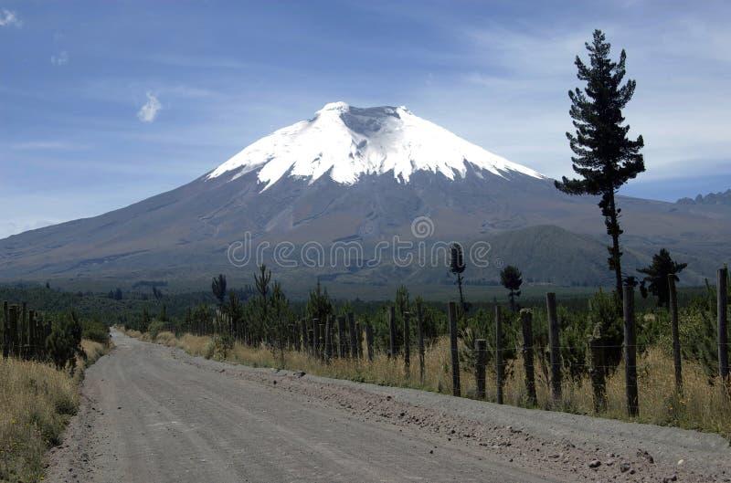 Estrada de terra ao vulcão de Cotopaxi fotografia de stock royalty free
