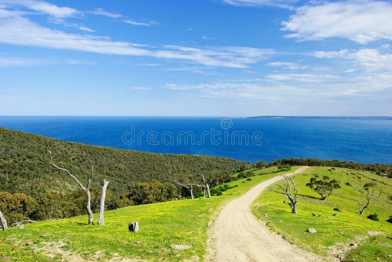 A estrada de terra conduz ao oceano foto de stock royalty free