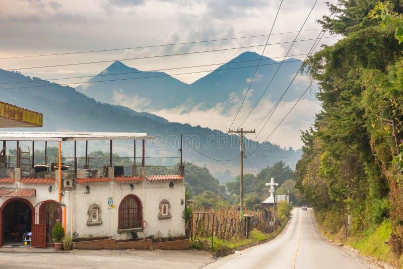 A estrada de terra e as montanhas vulcânicas ajardinam na Guatemala imagens de stock royalty free