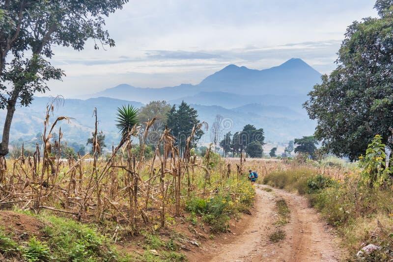 Estrada de terra e as montanhas vulcânicas no fundo no olá! fotografia de stock