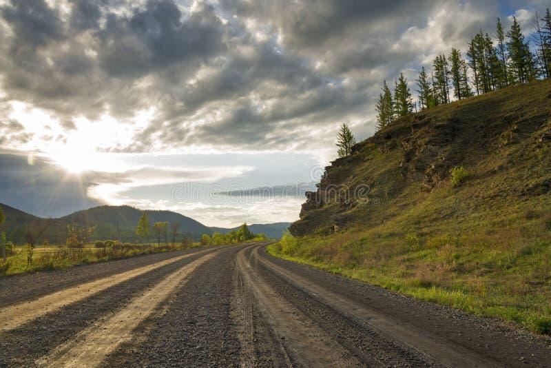 Estrada de terra em Sibéria fotos de stock