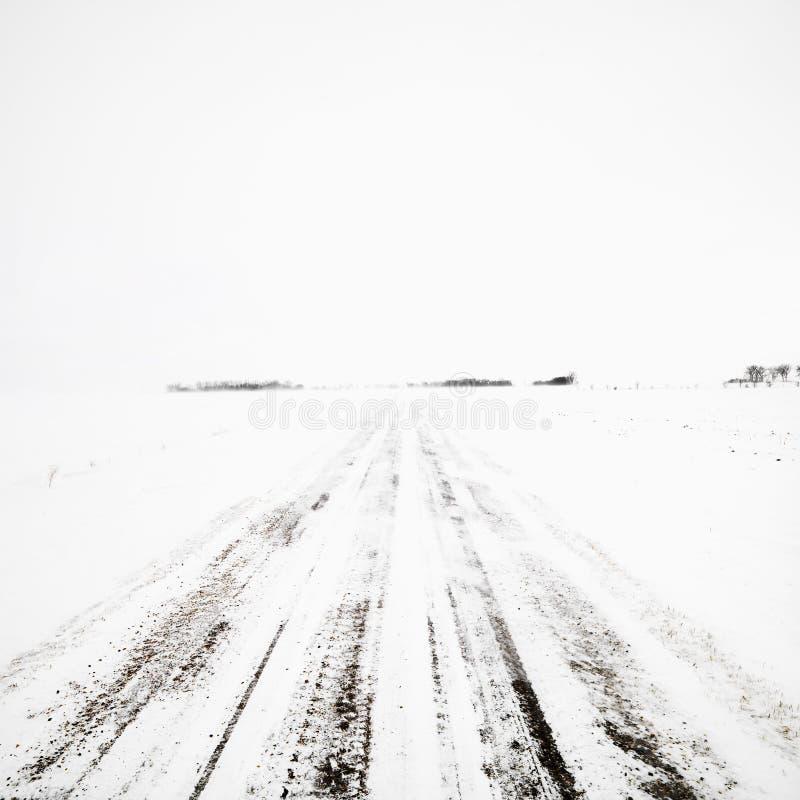 Estrada de terra na tempestade do inverno. imagens de stock royalty free