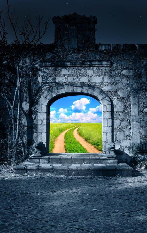 Estrada de terra no prado verde no estar aberto da casa antiga ilustração royalty free