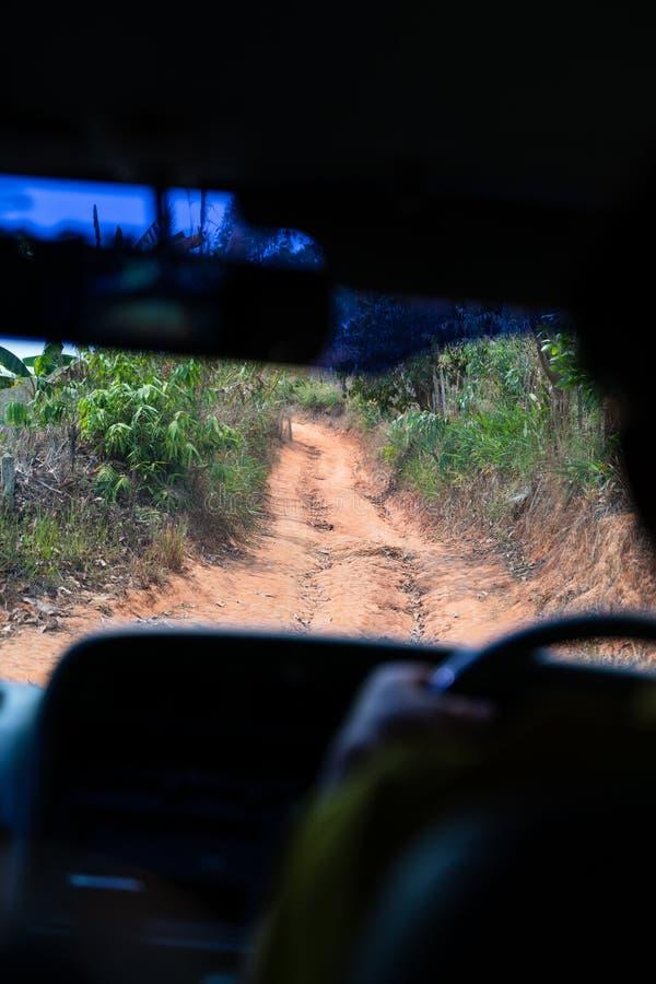 Estrada difícil alta do cascalho à área rural imagem de stock
