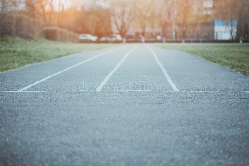 A estrada do asfalto com linhas O conceito de escolher um trajeto no negócio Todas as maneiras estão livres e sem competição Ante imagem de stock