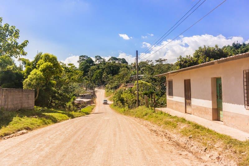 Estrada do campo na área de montanhas nas Honduras fotos de stock