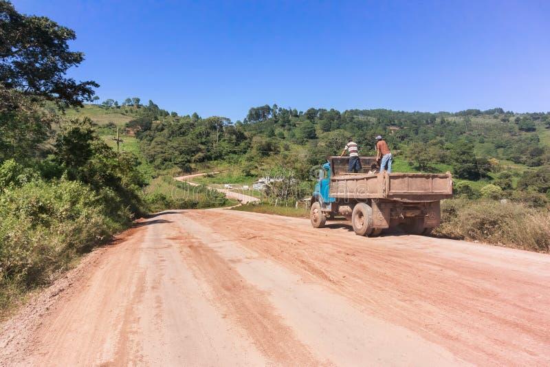 Estrada do campo na área de montanhas nas Honduras foto de stock royalty free