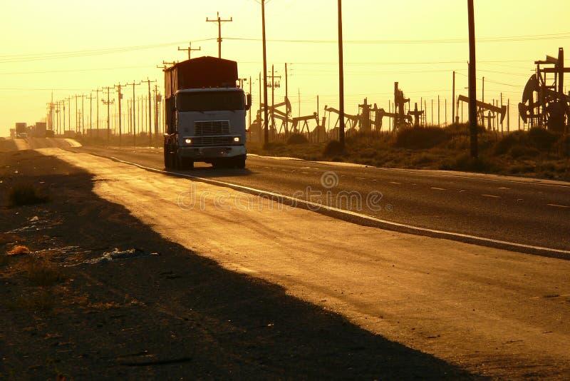 Estrada do campo petrolífero foto de stock royalty free