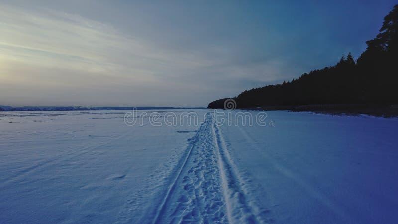 Estrada do carro de neve no lago congelado fotos de stock royalty free