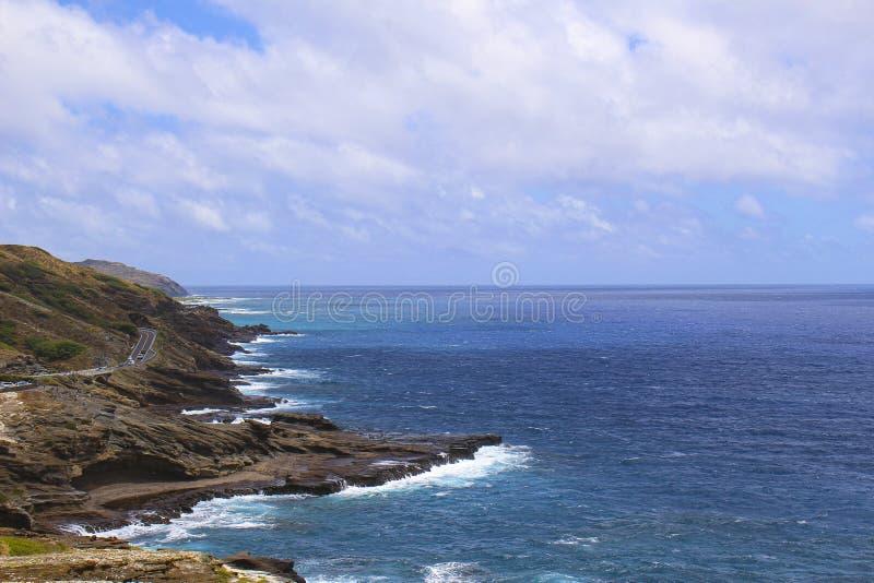 Estrada do carro na borda do mar de Havaí Honolulu imagens de stock royalty free