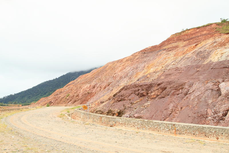Estrada do cascalho na montanha fotos de stock