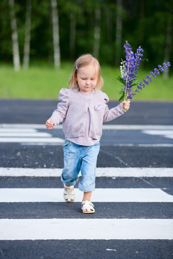 Estrada do cruzamento da menina foto de stock royalty free