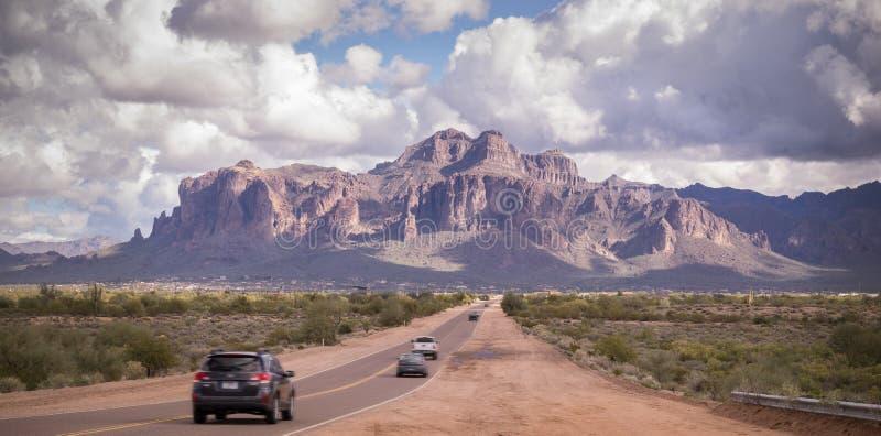 Estrada do deserto do Arizona que conduz à montanha da superstição perto de Phoenix, Az, EUA imagens de stock