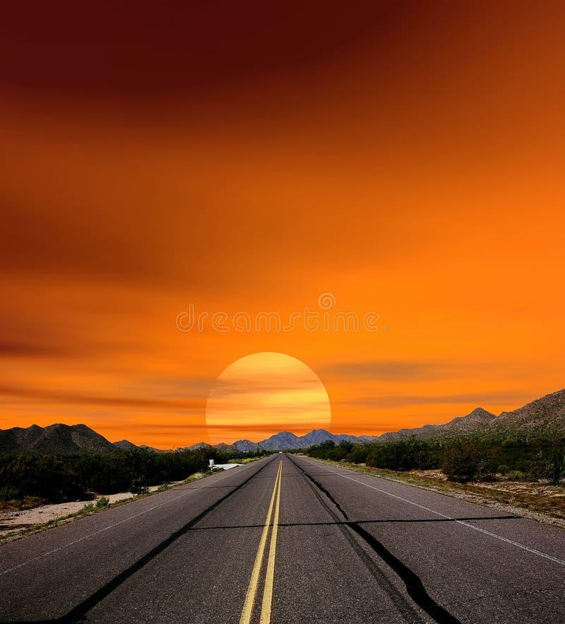 Estrada do deserto dos céus do por do sol foto de stock