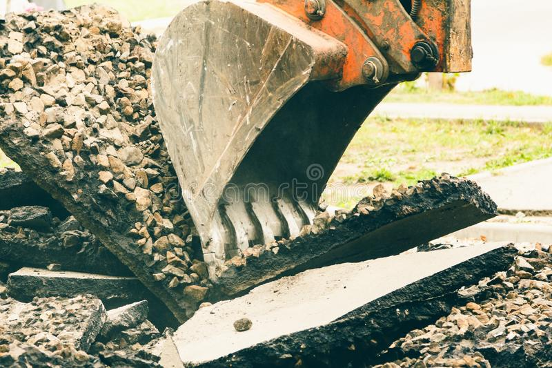 Estrada do equipamento da maquinaria da cubeta da máquina escavadora, construção foto de stock