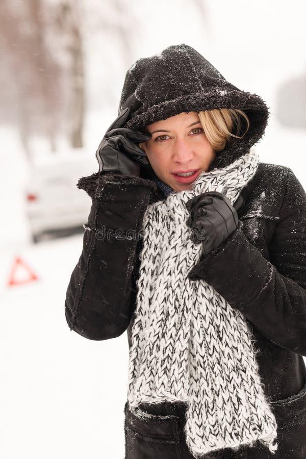 Estrada do inverno do acidente da neve da avaria do carro da mulher imagem de stock