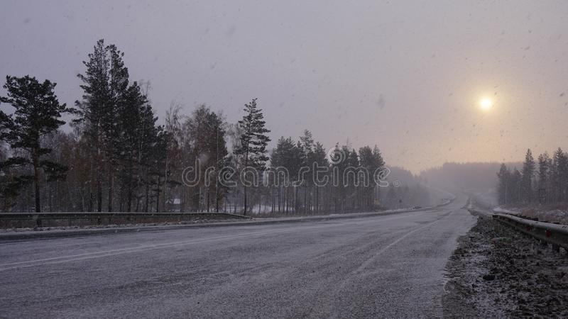 Estrada do inverno em Sibéria no nascer do sol Vila de Tulun imagens de stock royalty free