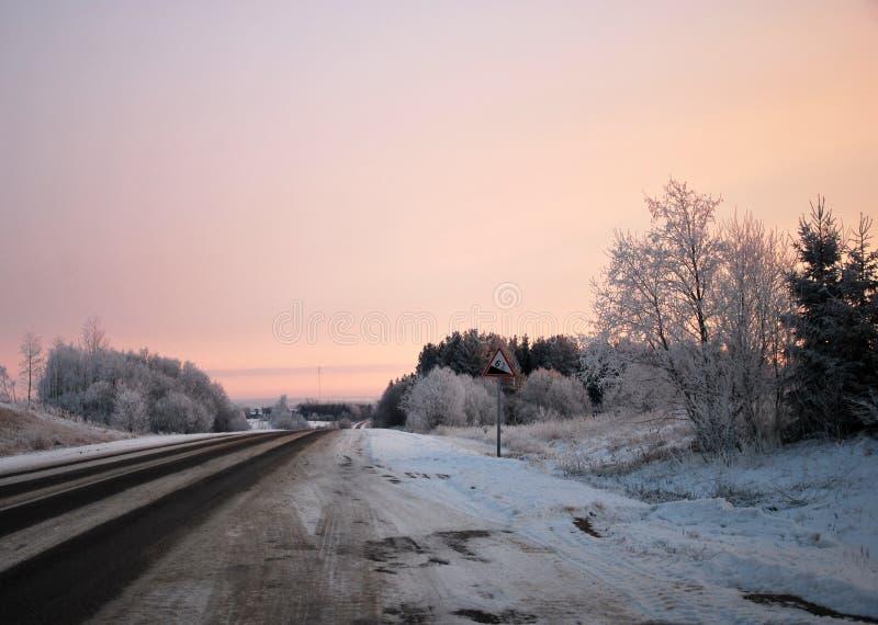 Estrada do inverno no por do sol imagens de stock
