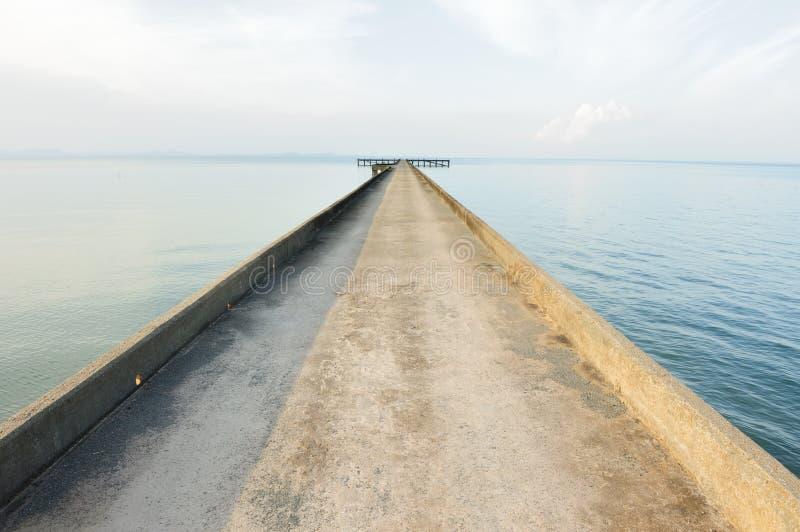 Estrada do molhe ao oceano imagens de stock royalty free