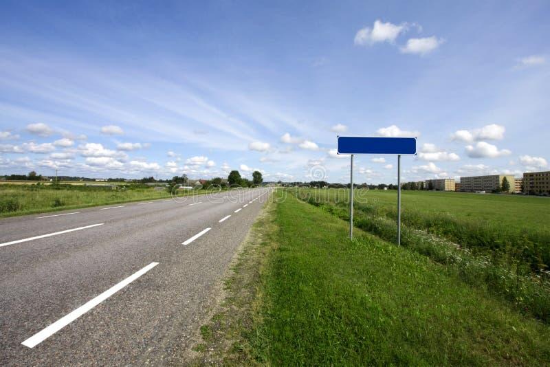 Estrada do país e sinal em branco imagem de stock