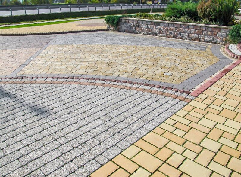 Estrada do pavimento no parque na perspectiva fotografia de stock royalty free