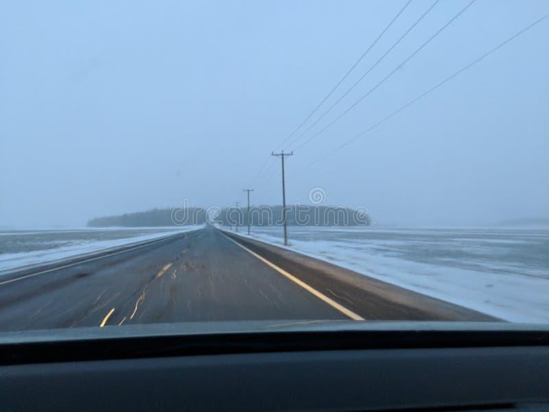 Estrada durante a tempestade da neve imagem de stock