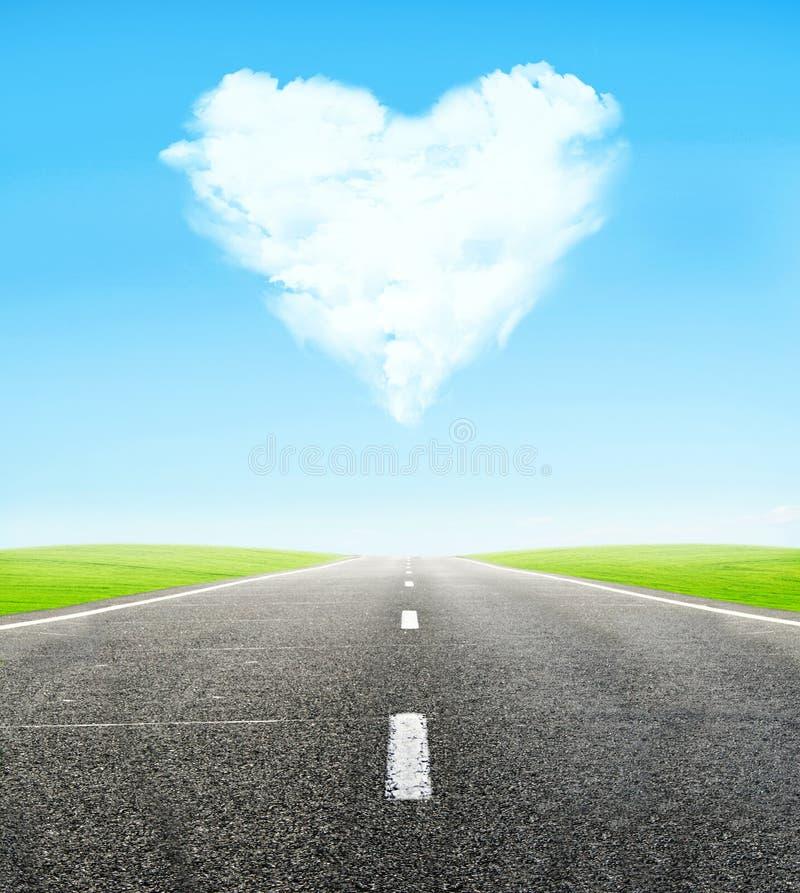 Estrada e coração nebuloso no céu fotografia de stock royalty free