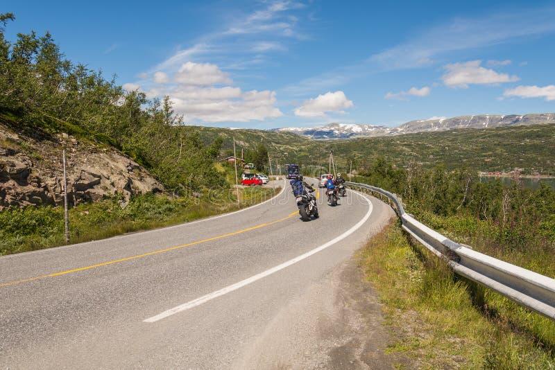 Estrada e motociclista em Noruega fotos de stock