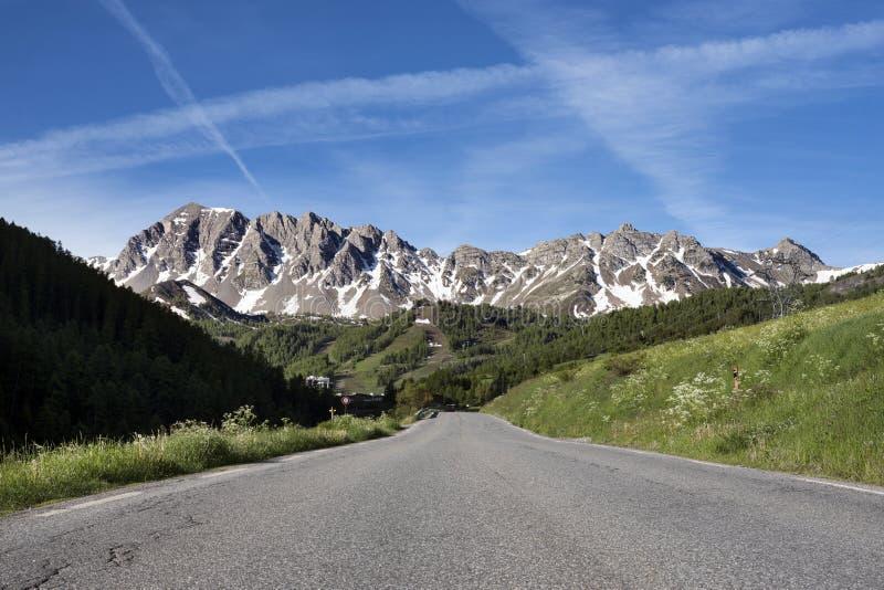 A estrada e a neve tamparam montanhas no mercantour do parc no provence francês fotos de stock royalty free