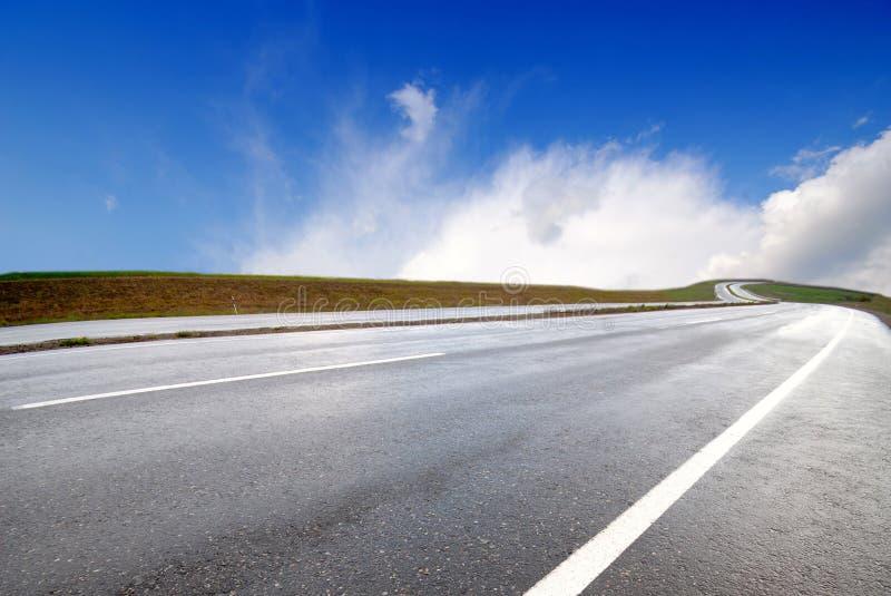 Estrada e nuvens fotos de stock