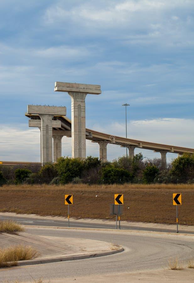 Estrada elevado nova na construção na interseção do laço 410 e da rota 90 dos E.U. em San Antonio, Texas fotografia de stock