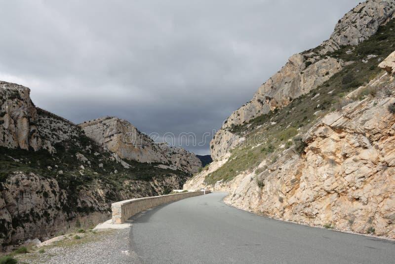 Estrada em Corbieres, França imagem de stock