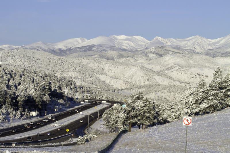 Estrada em montanhas nevado imagem de stock